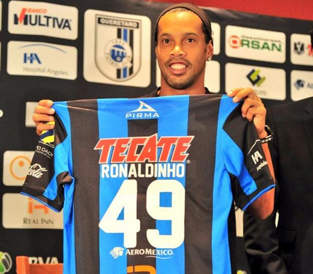 Ronaldinho Gaúcho segurando camisa 49 do Querátero