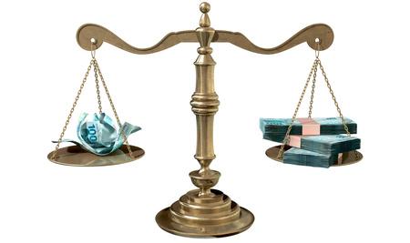 Balança jurídica com dinheiro