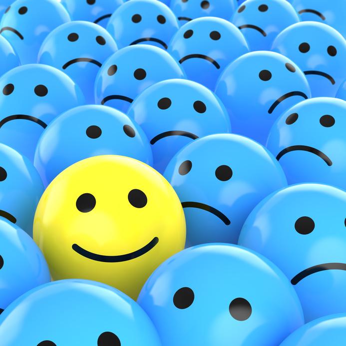 sorriso entre caras tristes